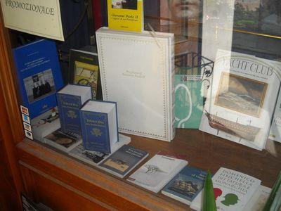 """Il """"Libro d'Oro nuova serie"""" nella vetrina della Libreria Borghese di Roma"""