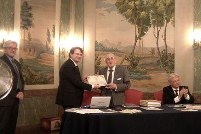 """Luigi Borgia (a destra) riceve il """"Gran Premio Scudo d'Oro - al merito araldico"""" da Raffaele Coppola, rettore del Centro Studi Araldici, durante il convegno """"Araldica: attualità e prospettive"""" svoltosi il 20 giugno 2015 a Torino"""